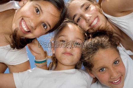 glade smilende unge gruppe af born