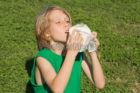 young child sneezing from allergies hayfever