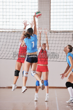 maedchen spielen volleyball indoor spiel