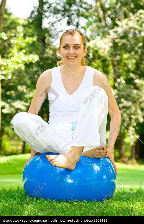 fitness-girl, outdoor-Übung, von, pilates, ball - 5509185