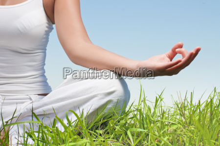 nahaufnahme von frau haende in yoga