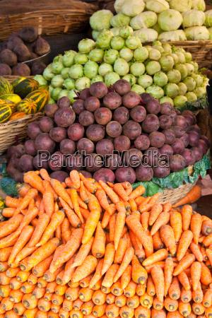 obst und gemuese auf einem markt