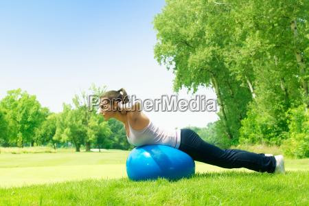 eignungsfrauen die draussen mit pilates ball