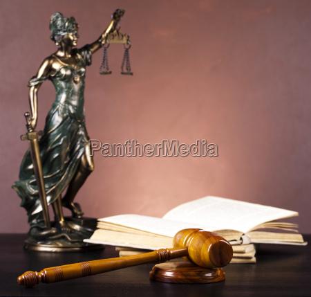 antike statue der gerechtigkeit gesetz