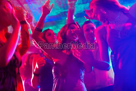 leute bei party in disco oder