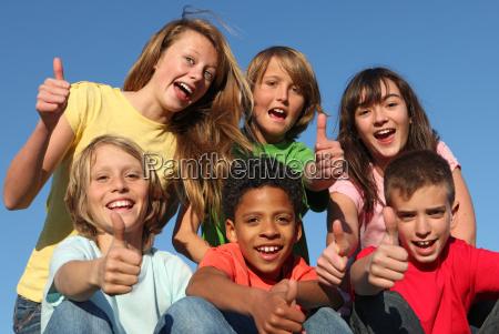 gruppe von verschiedenen rennen kinder