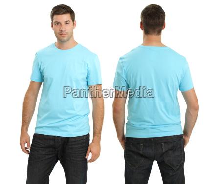 mann der leeres hellblaues hemd traegt