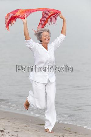 senior attivo sulla spiaggia