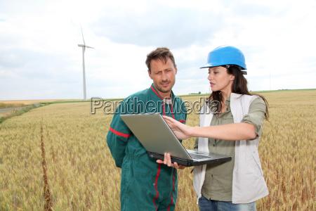 landwirt und ingenieur im weizenfeld mit