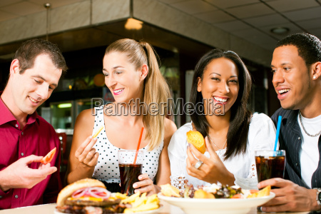 freunde essen hamburger und trinken cola