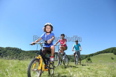 familie auf einer mountainbike tour im