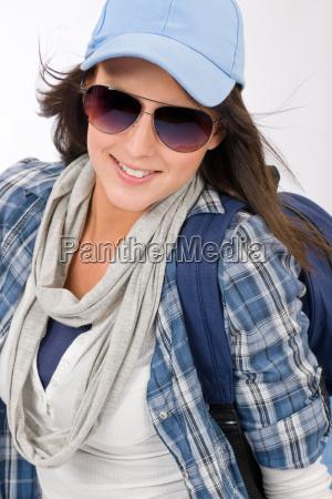glueckliche weibliche teenager tragen coole outfit