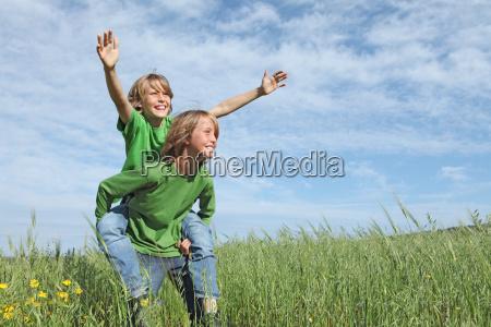 gesund gluecklich fit aktive kinder spielen