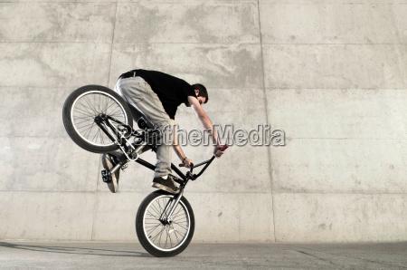 junger bmx fahrradfahrer