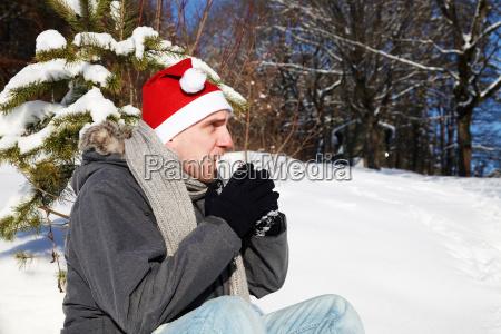 mann sitz im schnee