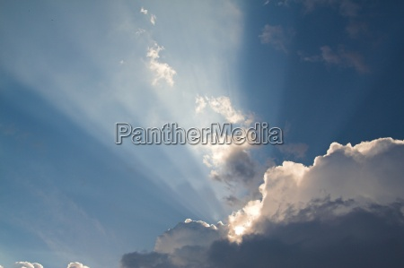 wolke mit sonnenstrahlen