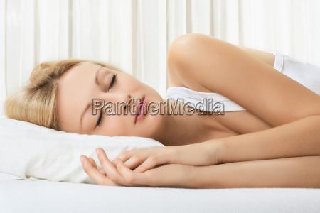 frau schlafen