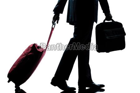 geschaeftsreisenden mann mit handtasche und koffer