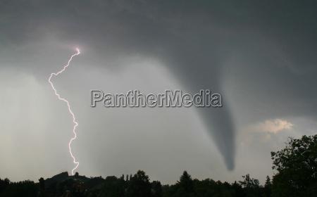 tornado und blitz