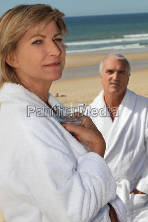 paar tragen bademaentel