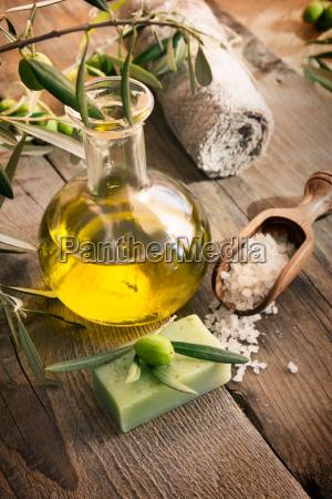 natuerliche spa einstellung mit oliven produkte