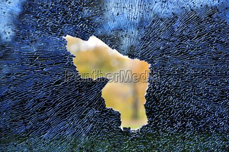 zerschlagenes autofenster