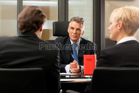 anwalt oder notar mit mandanten in