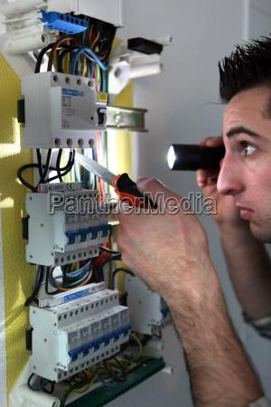 elektriker pruefung eines sicherungskasten mit einer