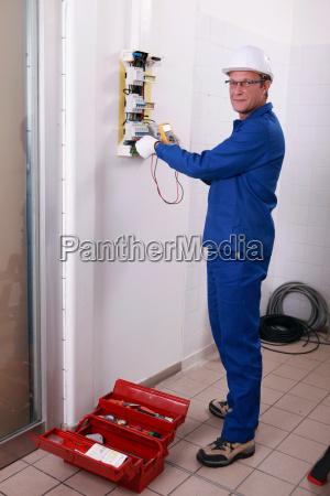elektriker mit helm und overall