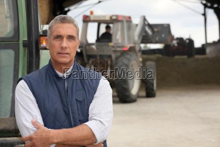 landwirte arbeiten mit ihren traktoren