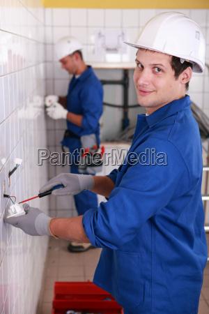 junge, elektriker, verdrahtung, steckdosen - 5754655