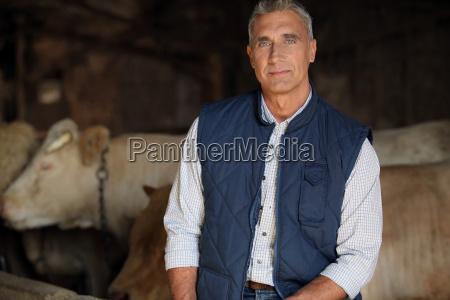 landwirt auf seinem kuh auf dem