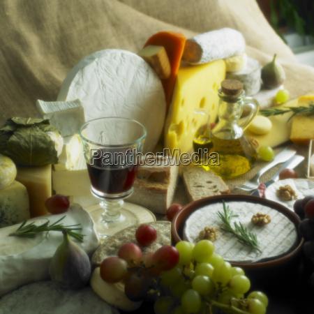 kaesestilleben mit rotwein