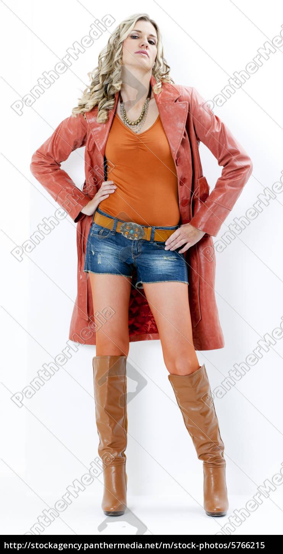 the latest 8b821 79d7d Lizenzfreies Bild 5766215 - stehenden frau tragen modische braune stiefel  und mantel