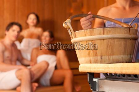 vier freunde in der sauna eines
