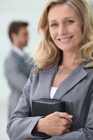 lächelnde, geschäftsfrau, die, persönlichen, organisator, mit, kollegen - 5778145
