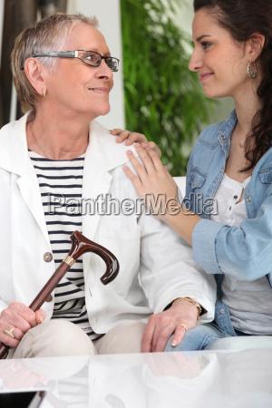 alte dame mit jungen pfleger