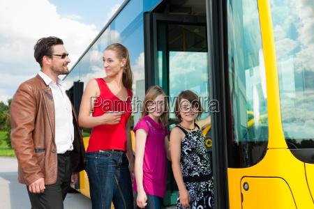 fahrgaeste steigen in einen bus ein