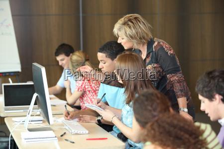 gruppe von studenten blick auf einen