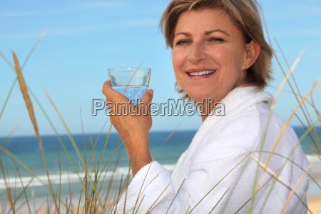 mitte alter frau am strand entspannen