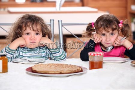 zwei muerrische kleinkinder warten auf ihre