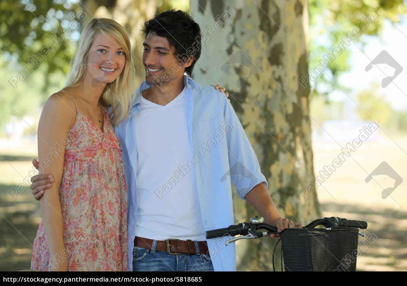niedlichen, paar, im, park, mit, fahrrad - 5818685