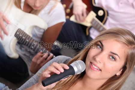 drei teenager spielen instrumente