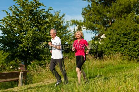 AElteres paar beim joggen