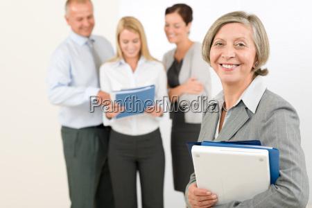 business team aeltere frau mit gluecklichen