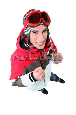 junger mann in skibekleidung