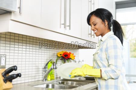 abwasch der jungen frau