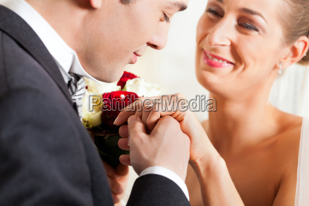 brautpaar beim eheversprechen