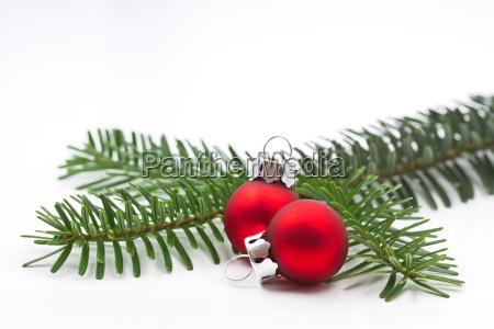 kleiner tannenzweig mit christbaumkugeln