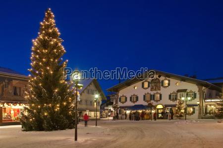 weihnachtlicher dorfplatz in oberammergau